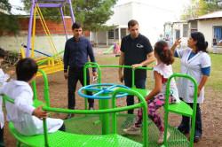 De Jesús constató la entrega e instalación de juegos para el patio de la Escuela Especial m501 de Mar de Ajó