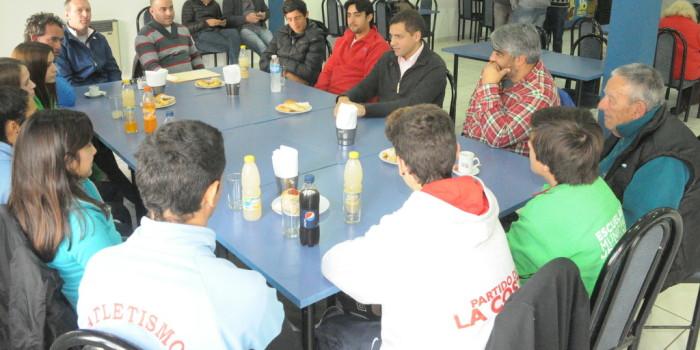 De Jesús escuchó y compartió distintas experiencias con un grupo de chicos que representan al distrito en distintas actividades deportivas