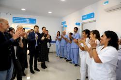De Jesús saludando y recorriendo el Hospital junto a los trabajadores