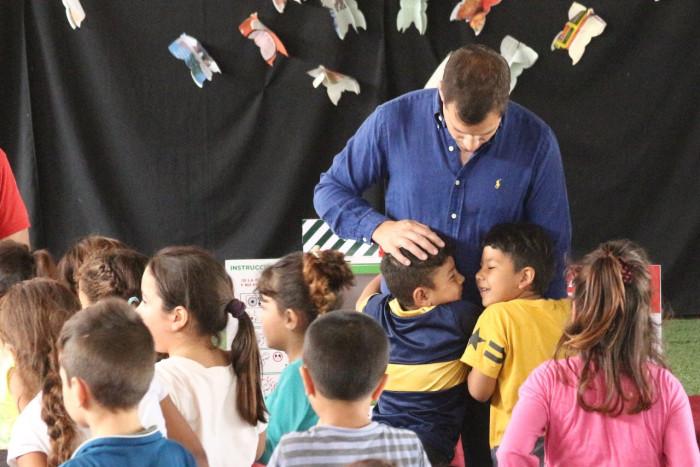 Durante buena parte de la jornada el intendente De Jesús dialogó con los niños que asisten a la institución educativa del barrio Las Quintas