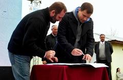 EL Intendente Juan Pablo de Jesús y el titular de la Sedronar, Juan Carlos Molina durante la firma del convenio