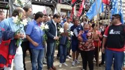 El acto concluyó con la participación de Lautaro Catrufo y sus músicos y con una ofrenda floral de claveles blancos, arrojados al mar a las víctimas del genocidio