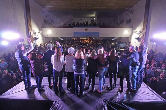 El acto culminó con un vigoroso teatro lleno, cantando el Himno nacional y la marcha peronista