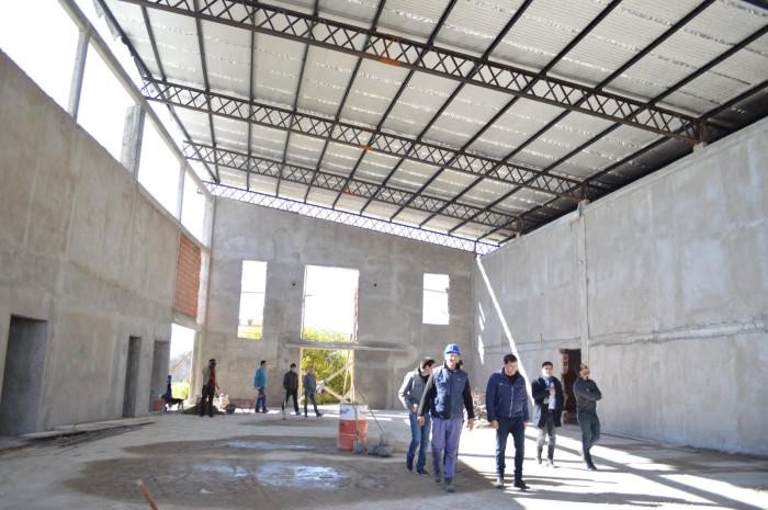 El edificio es contruido con fondos mixtos