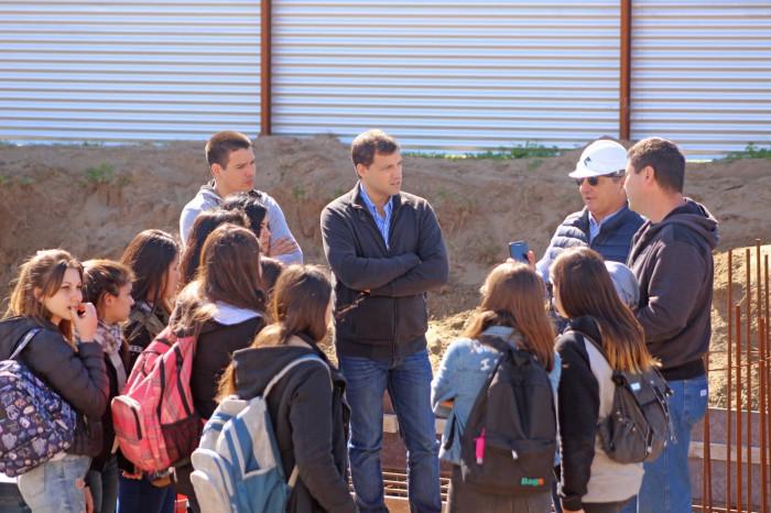 El intendente De Jesús en la obra del Multicultural Santa Teresita, junto alumnos de la EET Nº1