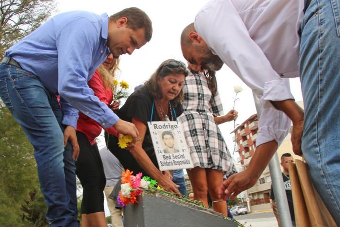 El intendente De Jesús entragando una placa recordatoria a familiares de Mara Mateu
