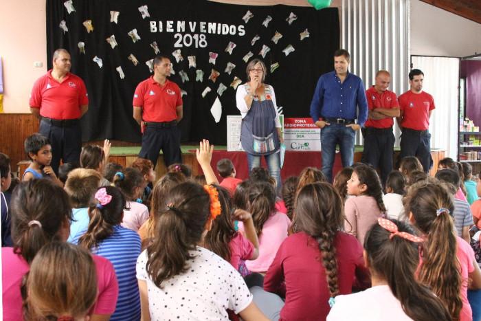 El intendente De Jesús entregó aportes económicos y el desfibrilador de La Costa Vida en la Escuela 13 de Santa Teresita