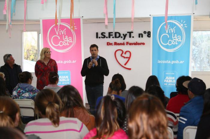 El intendente De Jesús entregó becas municipales en el Instituto 89 de Mar de Ajó