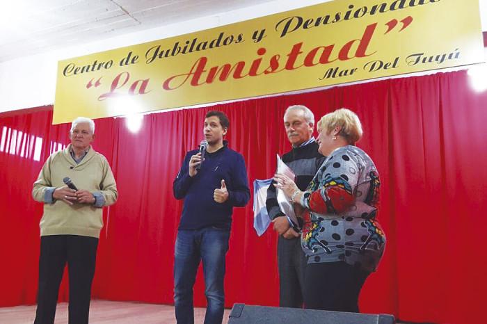 El intendente De Jesús junto a los jubilados del Centro La Amistad