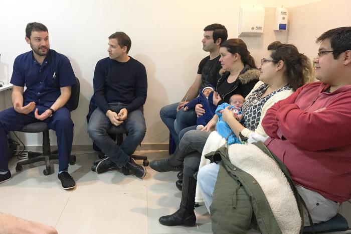 El intendente De Jesús junto al titular del Programa Vita, Diego Griessi, y parejas que recibieron asistencia