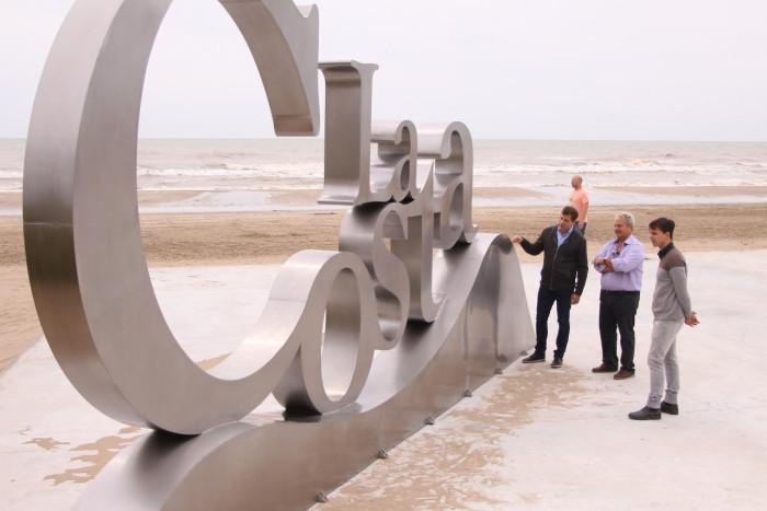 El intendente De Jesús visitó la costanera de Mr de Ajó, donde se emplazó un nuevo logo de La Costa