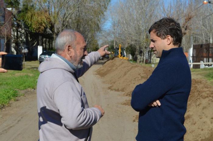 El intendente Juan Pablo de Jesús conversando con un vecino sobre la obra de cloacas en Las Toninas