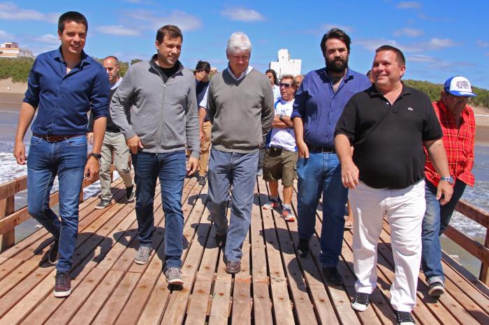 El intendente Juan Pablo de Jesús y representantes de la Sociedad de Fomento reabrieron el muelle remodelado de La Lucila del Mar