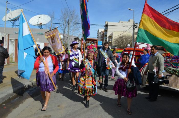 El intendente de Jesús, padrino de la festividad boliviana, acompañó la procesión de la Virgen