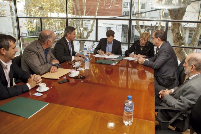 El intendente de La Costa, Juan Pablo de Jesús, firmando convenios con autoridades de la Facultad de Odontología de la UNLP