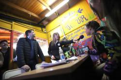 El intendente de La Costa compartiendo el espacio de radio que tienen los niños en la Escuela