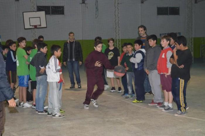 El intendente de La Costa visitó la práctica de la Escuela Municipal de Básquet