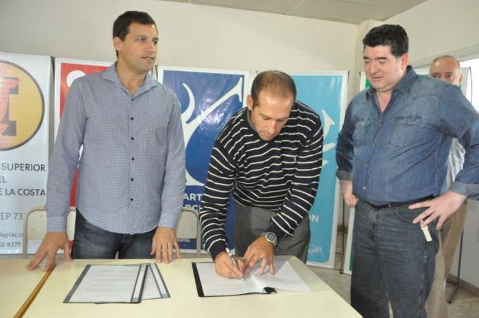El intendente del partido de La Costa, Juan Pablo de Jesús, firmó un convenio con la Asociación de Participantes de la Academia Olímpica Argentina