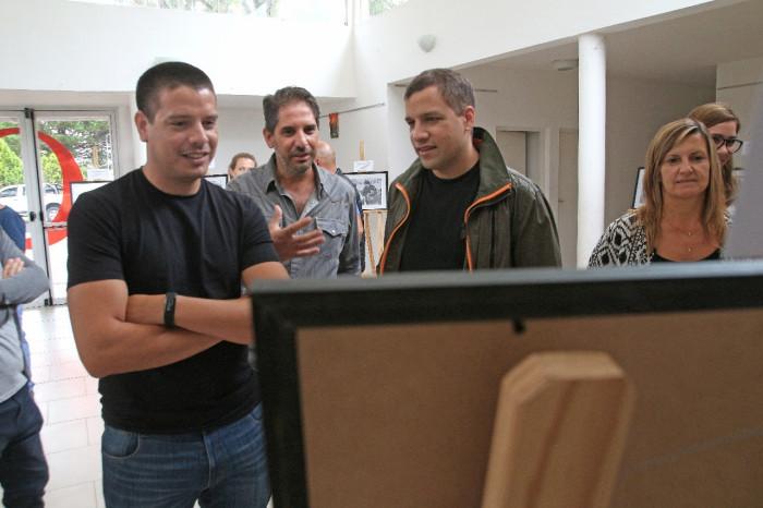 El jefe comunal junto al fotógrafo expositor, Leandro Simone