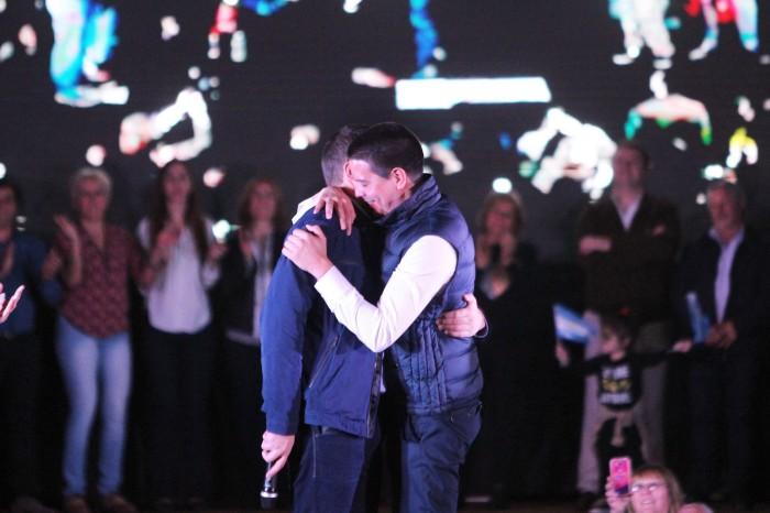 El primer precandidato a concejal, Cristian Cardozo, abrazo al intendente De Jesús, tras ser presentado