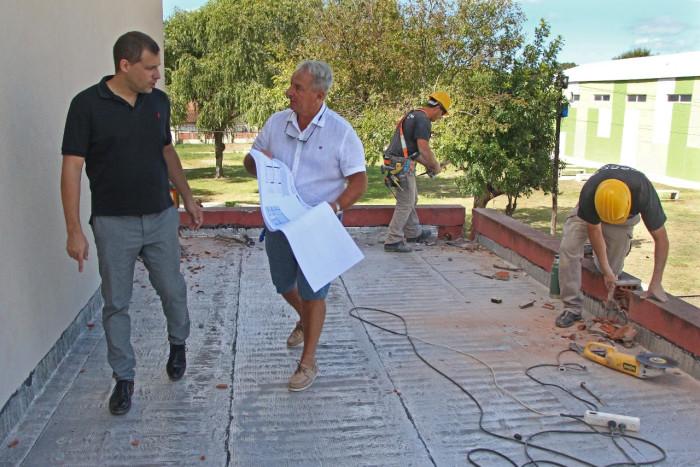 En la institución supervisó la obra de construcción de dos nuevas aulas
