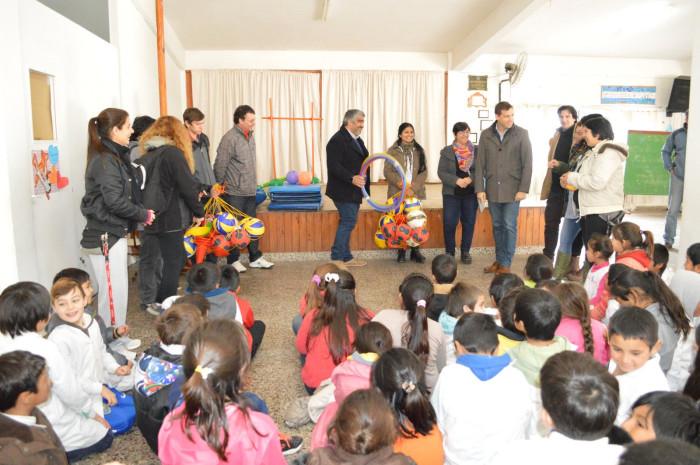 Entrega de kits deportivos a escuelas de Mar del Tuyú