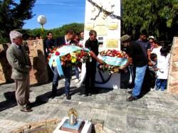 Ex combatientes y el intendente de La Costa, Juan Pablo de Jesús, depositando una ofrenda floral en homenaje a los soldados caídos