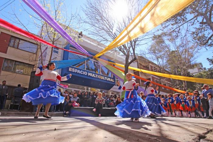 Hubo fiesta popular frente al renovado edificio de calle San Juan