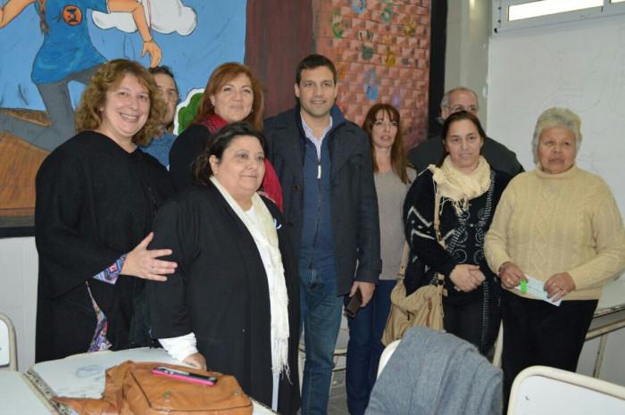 Integrantes del Consejo Escolar, directivos de las escuelas beneficiadas junto al intendente De Jesús