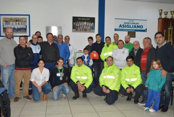 Juan Pablo de Jesús entregó desfibriladores en el Club Social y Deportivo Mar de Ajó
