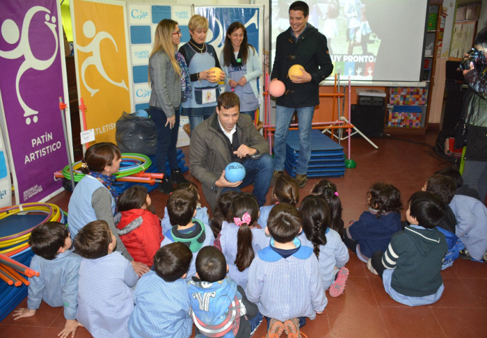 Juan Pablo de Jesús entregó kits deportivos a jardines de Santa Teresita