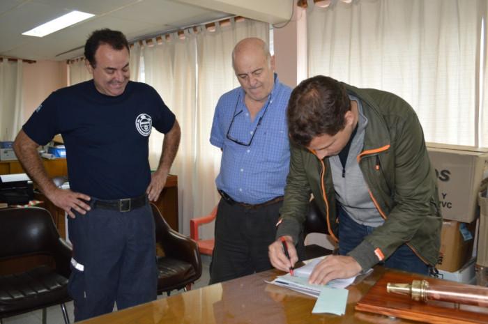 Juan Pablo de Jesús entregó un subsidio municipal a los Bomberos Voluntarios de Mar del Tuyú