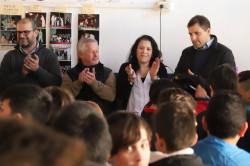 Juan Pablo de Jesús junto a alumnos y docentes en la Escuela Primaria Nº 8