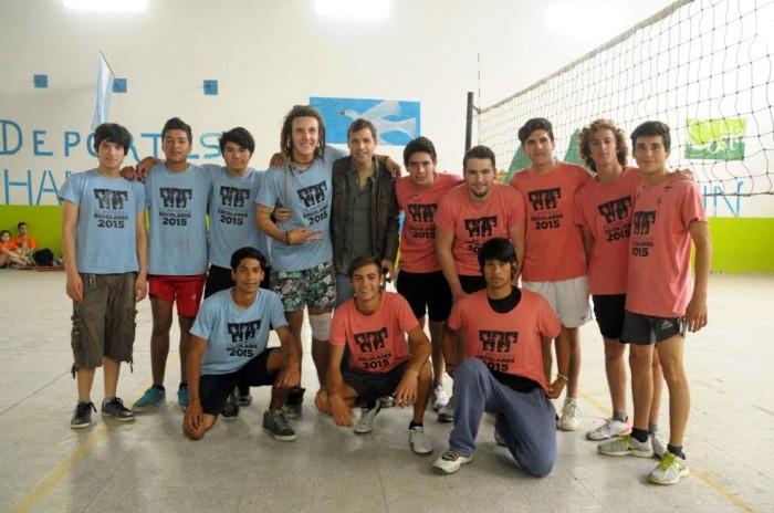 Juan Pablo de Jesús junto a los jóvenes que participan de las Olimpíadas Escolares