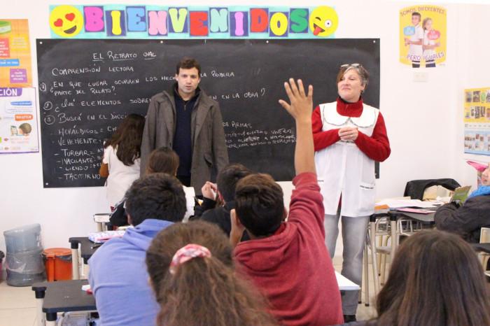 Juan Pablo de Jesús visitó las nuevas aulas de la Escuela 13 y charló con los alumnos