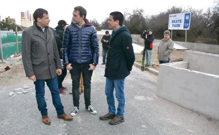 Juan Pablo de Jesús y funcionarios comunales recorrieron la obra del Skate Park de Santa Teresita
