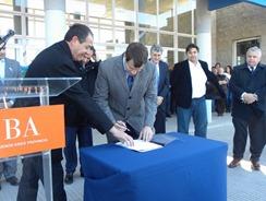 Juan Pablo de Jesús firma el Convenio de la Policóa Local.jpg