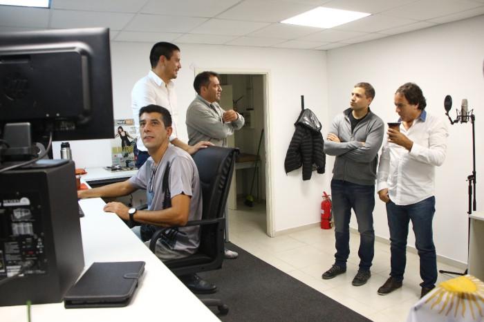 Junto a funcionarios municipales recorrieron las aulas del Multicultural, donde se desarrollan los talleres