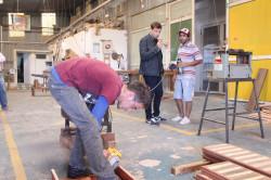Junto a los trabajadores cooperativistas de la carpintería La Rustica, ubicada en el Polo Industrial