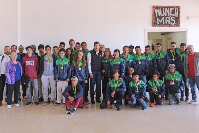 La delegación de La Costa que participó de la finnal de los Torneos Bonaerenses, obteniendo 15 medallas, junto al intendente De Jesús