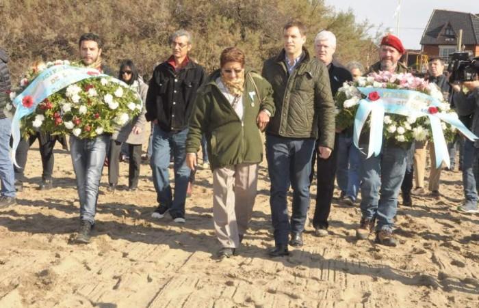 La madre del soldado caído en Malvinas, Aldo Omar Ferreyra, dejó una ofrenda floral en el monumento que recuerda a nuestro héroe