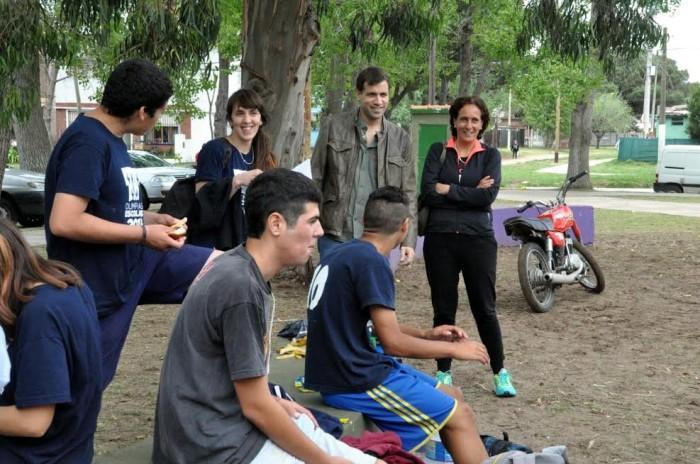 Los jóvenes y docentes dialogaron con el intendnete que se acercó al polideportivo de Mar de Ajó Norte