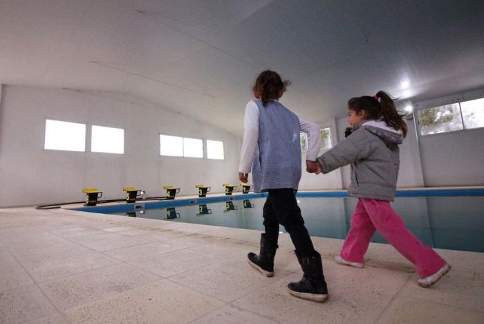 Niños recorren las instalaciones del tercer natatorio que constrtuyó La Costa y que está próximo a ser inaugurado