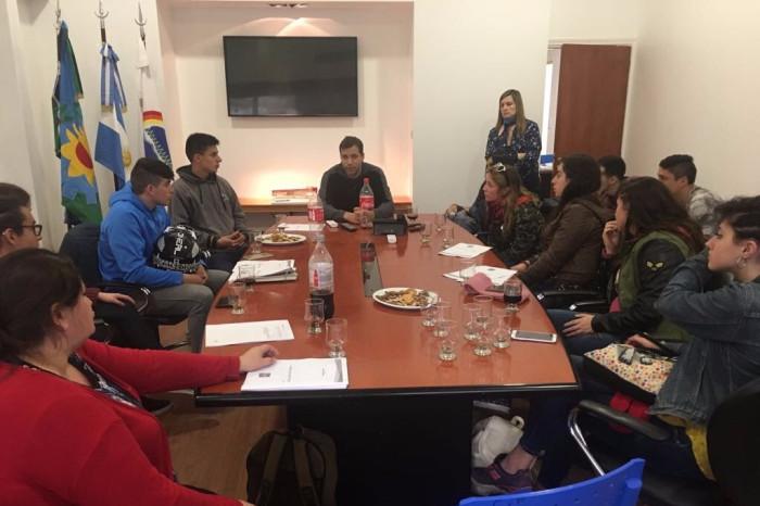 Reunión de alumnos de la EEST Nº 2 de Mar de Ajó con el intendente De Jesús