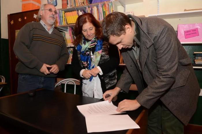 Se realizó la firma del convenio por el cual se cerrará el playón deportivo de la institución
