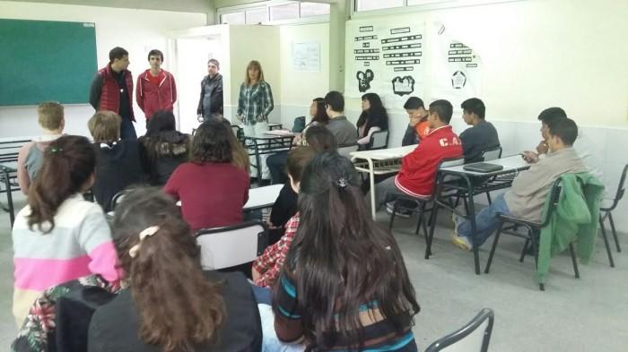 Tras la reunión con directivos escolares, el intendente visitó a los alumnos