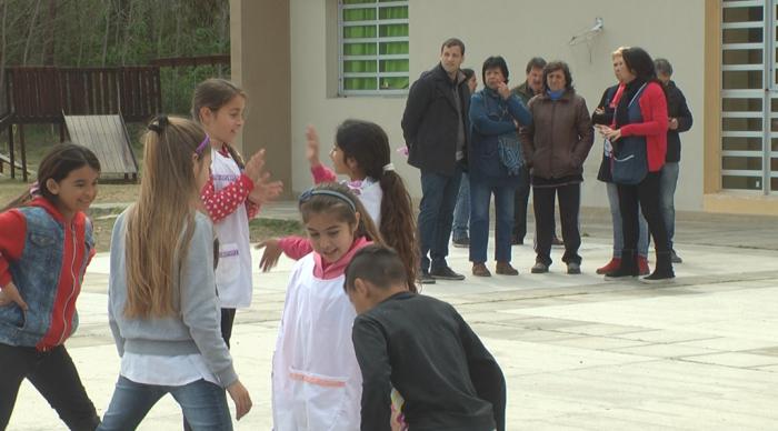 Tras su paso por el futuro jardín, de Jesús visitó la Escuela Primaria Nº14