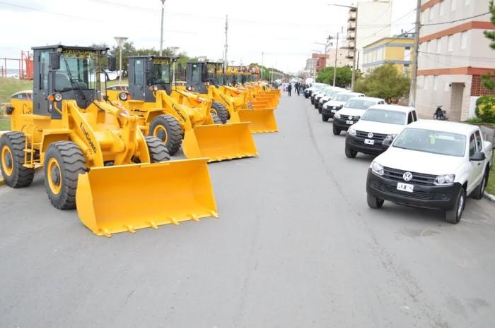 Un total de 11 máquinas y 10 camionetas doble cabina se incorporaron al equipamiento municipal