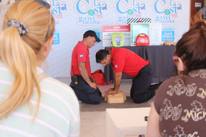 Vecinos y turistas participaron de un curso de RCP dictado por Defensa Civil