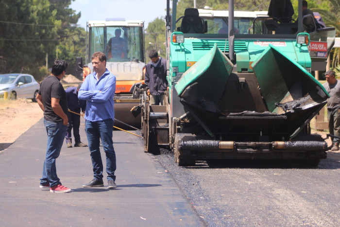 el intendente De Jesús supervisa las obras de asfaltado en Costa del Este